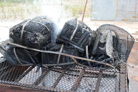 verbranding van vuurwerk cake in kooi